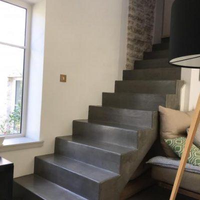 Un bel escalier revêtu de béton ciré aspect béton poli